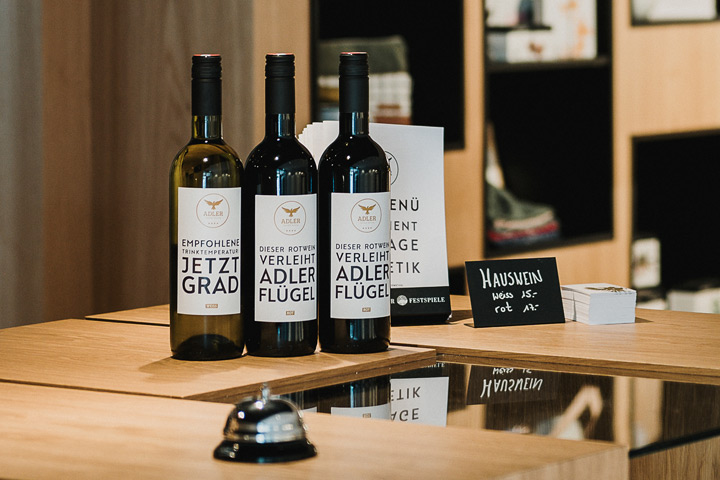 Hotel Adler Rezeption Weinflaschen